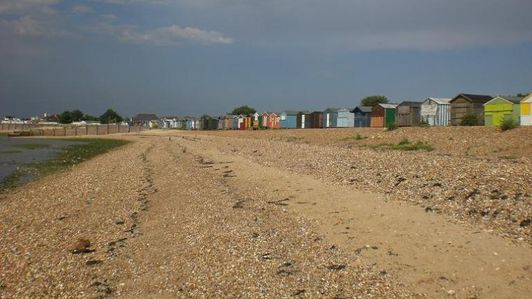 Velkommen til Whitstable! Her kan man veldig fint feire 23årsdag med base i en beach hut og på stranda nedenfor…