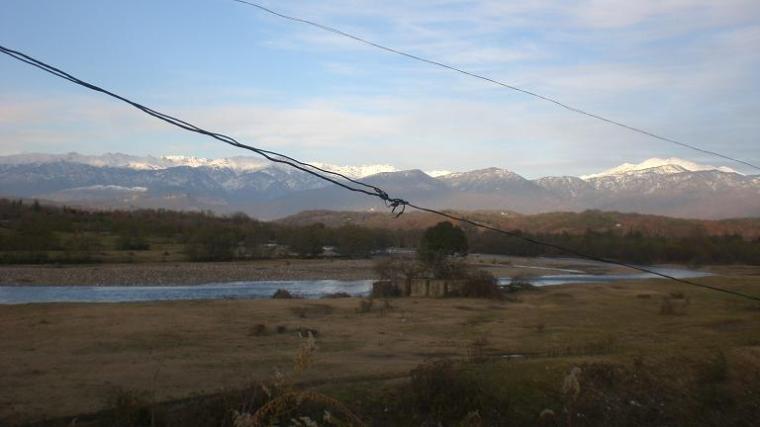 Nordlige Kaukasus, sett fra bil i fart. Det er laks i elva, ble jeg fortalt. Og miner.