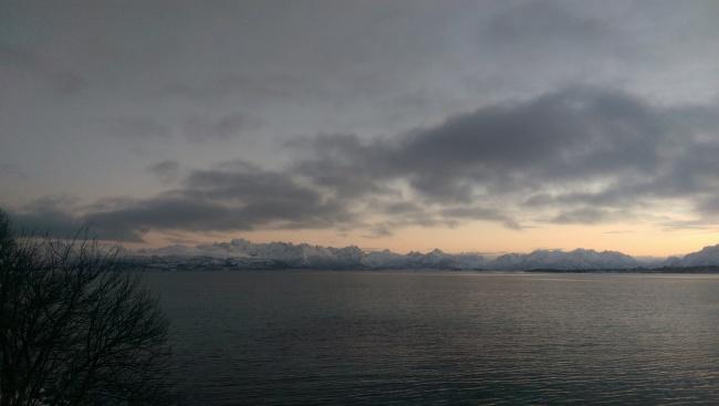 Utsikt mot øst på det lyseste punktet av årets mørkeste dag.