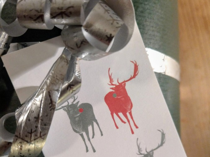Innpakkede julegaver med nydelige til-og-fra-lapper fra England